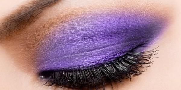 Jak provést svatební make-up a získat fialové kouřové oční stíny?